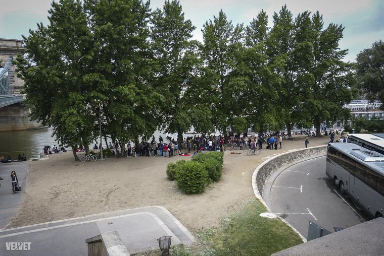 Háromezren ugyan nem voltak, de egész sok ember összejött péntek (május 15.) reggel a Lánchíd pesti hídfőjénél, hogy együtt reggelizzenek.