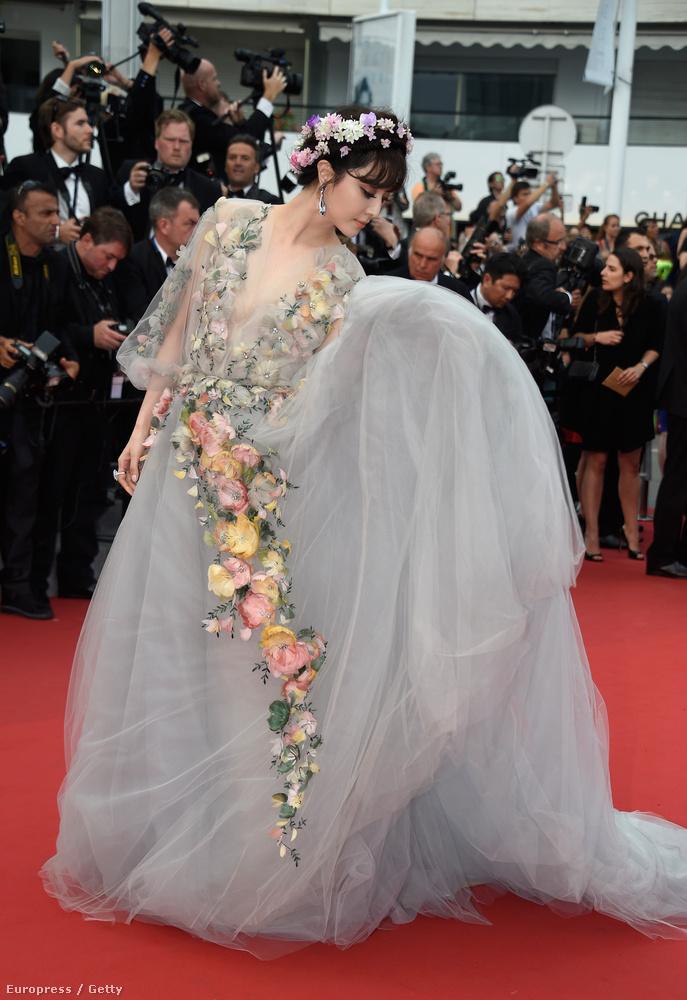 Ha már ruhák és ruhafogdosás, tartás, egyengetés, akkor nézze meg Fan Bingbing színésznőt és az ő függönyét