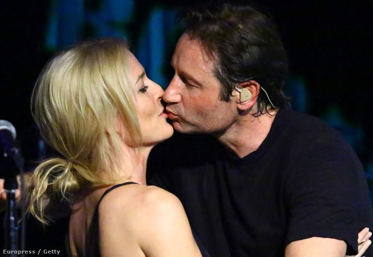 A legfontosabb történés viszont egyértelműen az volt a héten, hogy David Duchovny megcsókolta Gillian Andersont!!!!