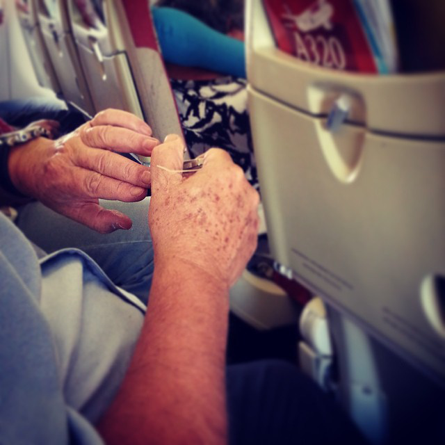 Akad, aki már a repülőn megkezdi a nyaralást, és otthon érzi magát