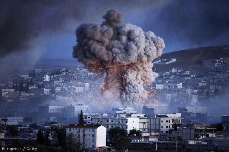 Az Iszlám Állam elleni harc összehoz (a képen Kobani bombázása)