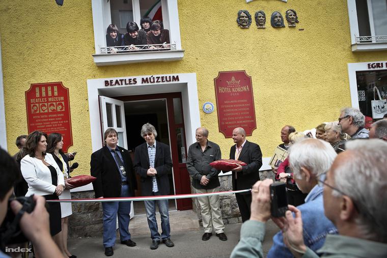 Bányainé Micski Marianna, Peterdi Gábor, Bródy János és Molnár Gábor ünnepélyesen megnyitja az Egri Roadot.