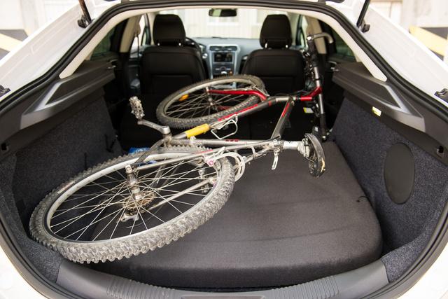 Üléslehajtással épp bedobható egy mountain bike