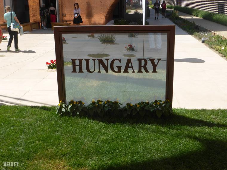 Tábla a magyar pavilon előtt. Az A betűt sajnos fordítva ragasztották fel, a vékony szárnak kéne a bal oldalon lennie, a vastagnak a jobbon