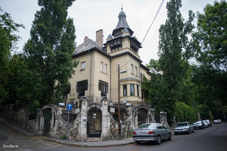 A Minerva utcai Bayer-villa 1906-ban építette a gyógszergyáros Bayer Dezső  Hoepfner Guido és Györgyi Géza tervei szerint. A II. világháború alatt a svéd követség használta. Wallenbergék itt is mentették az üldözött zsidókat.
