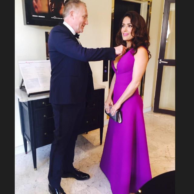 Május 17-én, mielőtt elindultak volna a vörös szőnyegre, Salma Hayek dekoltázsát férje, Francois-Henri Pinault igazgatta, amit egy instagramos fotón mutatott be a színésznő.