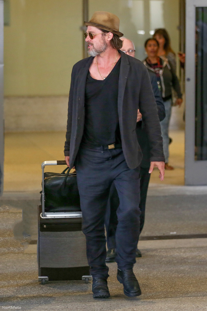 Eközben Brad Pitt is megérkezett Los Angelesbe, valahonnan, ahol dolga volt.