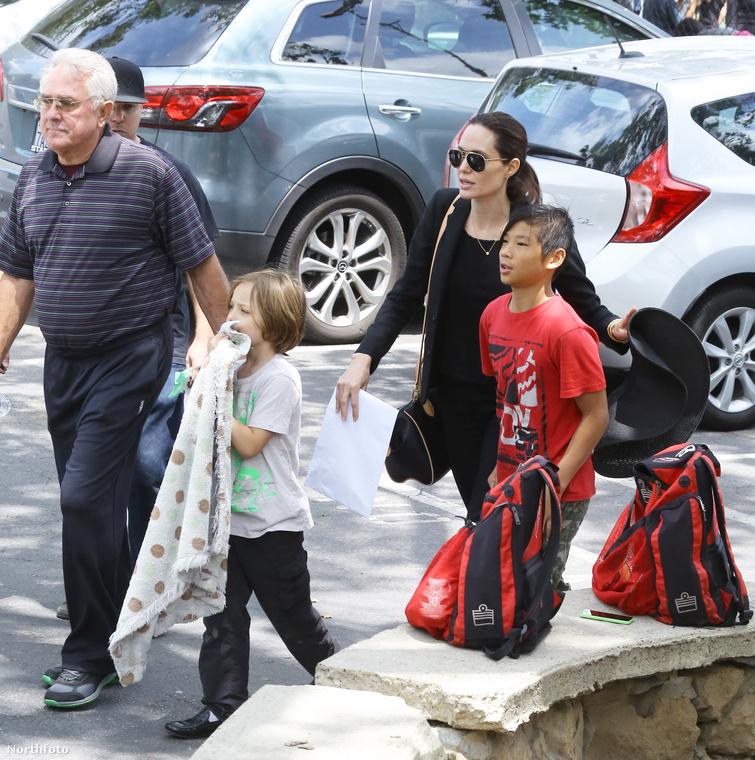 Angelina Jolie elvitte néhány gyerekét focizni, közülök a képen Shiloh és Pax láthatók, illetve apósa - aki Brad Pitt édesapja, tehát William Pitt.