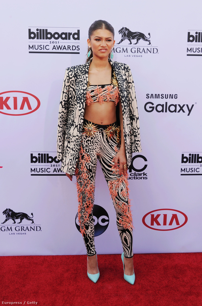 Az ő neve Zendaya Coleman, egy színész-énekesnőről van szó, és ha túl sokáig nézzük a ruháját, megfájdul a szemünk
