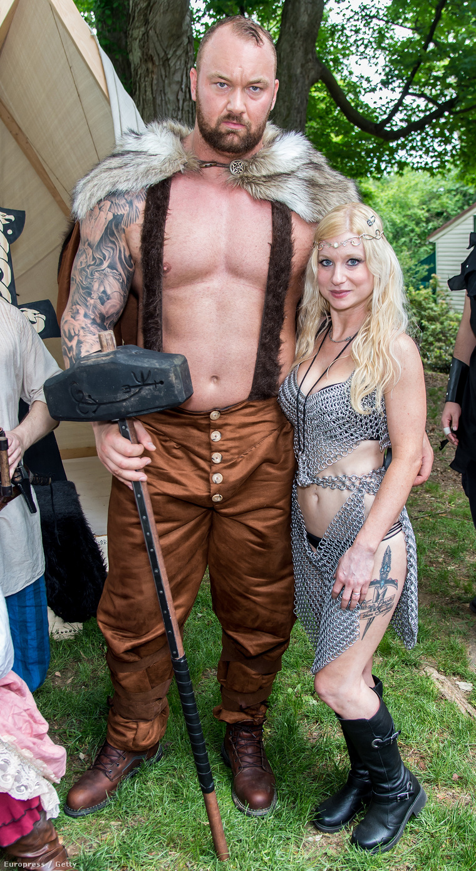 Björnsson középkori jelmezben, kalapáccsal, prémpalásttal és egy másik résztvevővel egy amerikai rendezvényen, ami a reneszánsz kort idézte