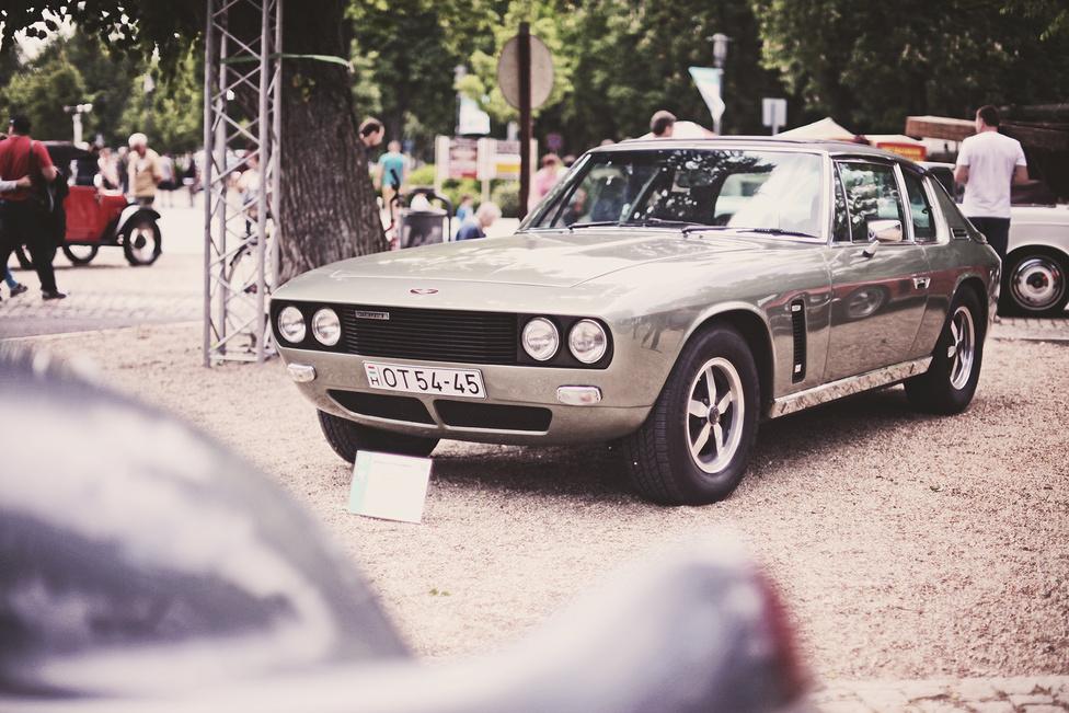 Talán a Jensen Interceptor kapta a legmenőbb nevet az autógyártás történetében. Olasz tervezők álmodták meg, a britek szerelték össze és egy 280 lóerős, 7200 köbcentis amerikai, Chrysler-féle V8-as került az orrába. Annak ellenére, hogy itthon nem egy keresett darab, a Concours d'Elegance-on két példány parkolt egymás mellett magyar rendszámmal. Az Interceptor azon ritka autók egyike, amelynek sokkal jobban áll a zárt kupékarosszéria, mint a kabrió.