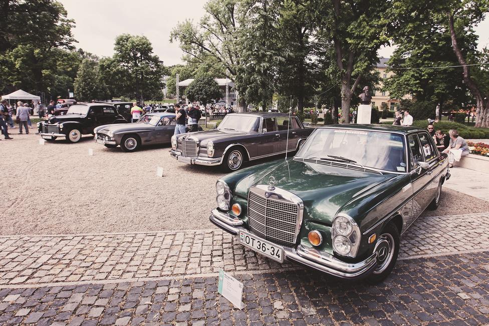 A W108/W109-es széria, a hivatalosan még nem S osztálynak nevezett, de már S méretű vonal 1965-től 7 éven át készült a Mercedes stuttgarti gyárában, ám amerikai piacra szánt verziót csak az utolsó két évben építettek. Oldalsó helyzetjelzők és 4,5 literes, 225 lovas V8 gondoskodott arról, hogy az 1,6 tonnás 280 SE 4.5 (igen, ez a teljes neve) dinamikusan induljon, ha valaki a gázra tapos – ez 9,5 másodperces 0-100-at és 205 km/h-s végsebességet jelentett.
