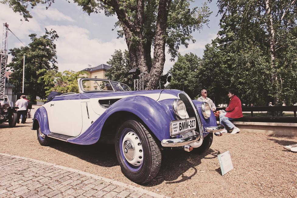 A BMW, miután megvetette a lábát az autóiparban, egyre komolyabban mozdult el a sportosság irányába. Ennek egyik lépcsőfoka volt, amikor 1937-ben kiadták a 327-est, egy négyüléses túra-kabriót 55 lóerős, kétliteres sorhatossal. A gyártást 1941-ben leállították, majd a háborút követően újabb tíz évre újraindították. Főleg ezek a második sorozatos példányok maradtak fenn, ám az itt kiállított darab 1938-ban készült.