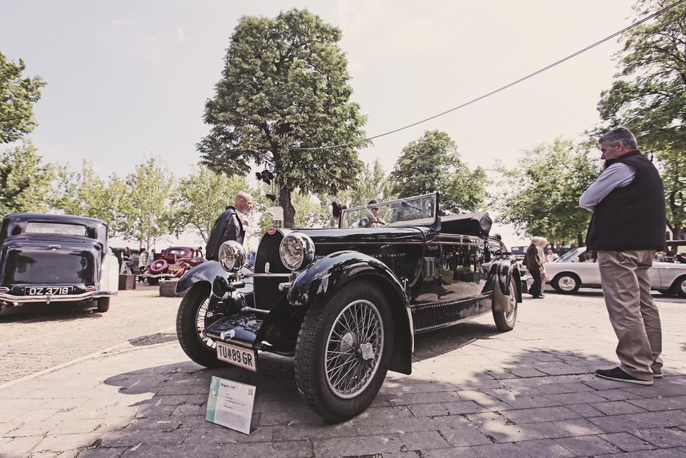 Ez az 1929-es Bugatti T44 már nem először látható Magyarországon, szerepelt már az OT Expón is, most díjért jött. Bugattis mércével viszonylag nagy példányszámban készített túrakocsi volt, hiszen összesen 1095-öt gyártottak belőle, igaz, ezek nem feltétlenül hasonlítanak egymásra, mert akkoriban még az autók jókora hányadát csak önjáró alvázként szállította a gyártó, amelyre egyedi karosszériát készíttetett a vásárló. A T44 orrában háromliteres, 80 lóerős soros nyolchengeres motor dübörög.