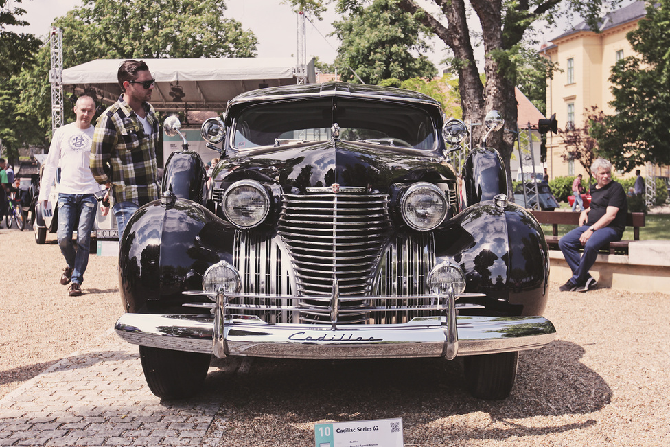 A harmincas évekre az aerodinamika egyre nagyobb szerepet játszott az autógyártásban. Eleinte még csak csepp alakú tanulmányautók születtek, az évtized végén már egyre több autó készült ebben a szellemben, még ha igazán csak formában, nem funkcióban vették át az áramvonalasság eszméjét. Az új tanok szerint készült kocsik egyike volt az 1940-ben piacra dobott Cadillac Series 62 is, amely bemutatkozásának évében a márka legkedveltebb modelljévé vált. Ez a Füreden szereplő kupé is abban az évben látta meg a napvilágot. 135 lóerős, 5,7-es V8-as hajtotta.