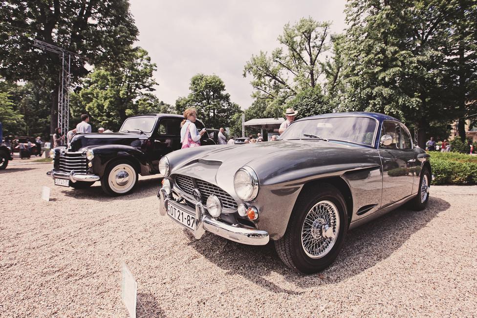 A kis brit gyárat, a Jensent több kiváló, sokszor meglepő újításokkal szerelt modell hagyta el fennállásának bő 40 éve alatt. Ezek egyike volt az 541, amelynek utolsó szériája az 541S jelöléssel futott. 1960 és 1963 között mindössze 108 darab készült belőle és jelen példány ezekből az egyik legelső. A könnyű, üvegszálas, kicsit a Mercedes 300 SL-re hasonlító karosszériát négyliteres, 130 lóerős sorhatos repítette és négy tárcsafék fogta meg.