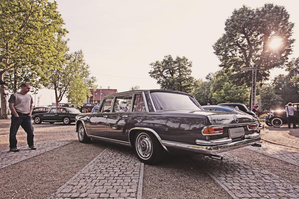 A W100-as Mercedes a legfényűzőbb luxusra vágyók igényeit volt hivatott kielégíteni 1963 és 1981 között. A 6332 köbcentis V8-as motor 250 lóereje ma talán már nem tűnik soknak, de ha azt mondjuk, 500 newtonmétert facsart ki a főtengelyén, akkor értjük, miért mozgatta oly könnyedén a még ma is nehéznek számító 2,5 tonnás karosszériát. A kényelmi funkciók mellett egy sor zseniális műszaki megoldást zsúfoltak bele, mint a szintszabályzó légrugózás, vagy a hidraulikus működtetésű ablakok, tolótető, ülésállítás és csomagtértető.