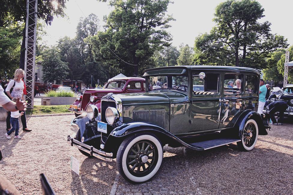 A Chrysler alapította Plymouth gyár első modellje a Chrysler 62-ből kialakított Model-Q volt, amely később a Model-U nevet kapta. Az elsők 1928-ban, ez a példány pedig két évvel később gurult le a gyártósorról. Ugyan a Ford és a Chevrolet riválisának szánták, amit az átlagember is megvásárolhatott, előbbieknél valamivel drágább volt. Cserébe hidraulikus fékrendszerrel szerelték, amit a többiek nem tudtak.
