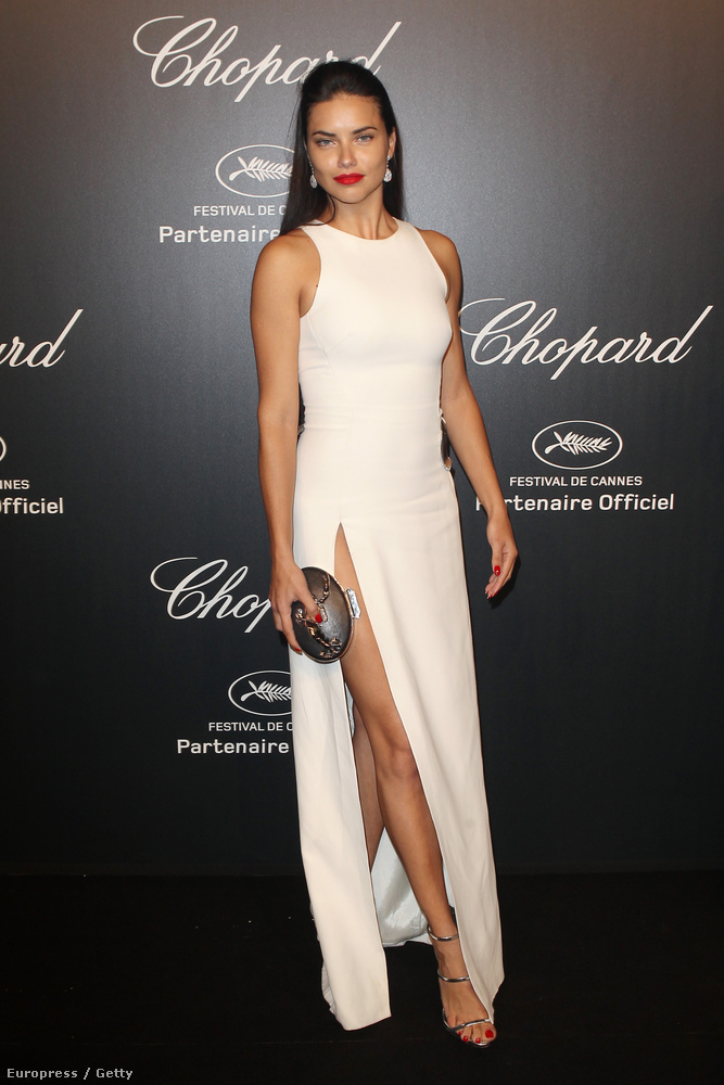 A bugyimodell Adriana Lima csak combot villantott