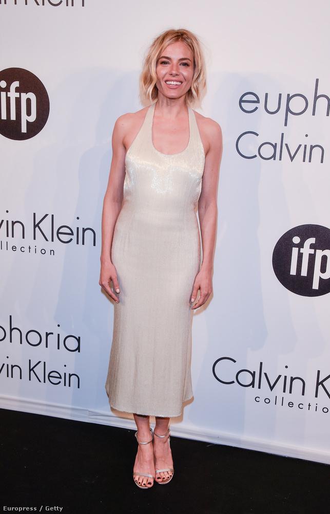 Sienna Miller is ott volt a Calvin Klein partiján Cannes-ban, és persze lehet, hogy simán csak nagyon boldog volt, de inkább úgy nézett ki, mint aki kissé szétcsapta magát a nagy bulikázásban.