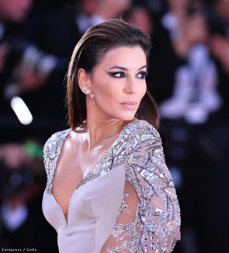 Eva longoria gondolt egyet, és a Cannes-i filmfesztivál vörös szőnyegén hétfőn egy olyan ruhában vonult végig, ami egészen haosnló volt Jennifer Lopez MET gálán viselt ruhájához.