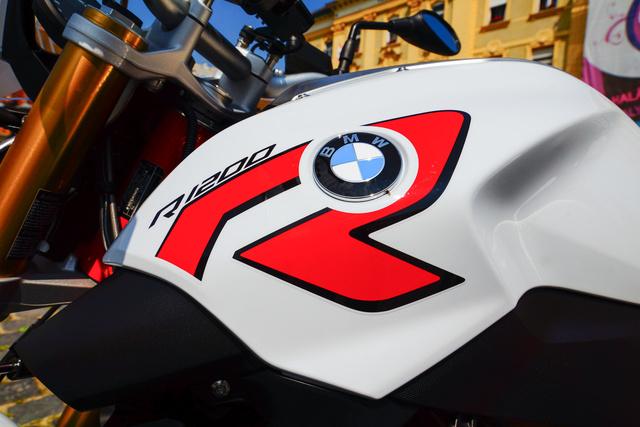Az R itt nem sportmotort jelöl. A roadster inkább sportos utcai gép