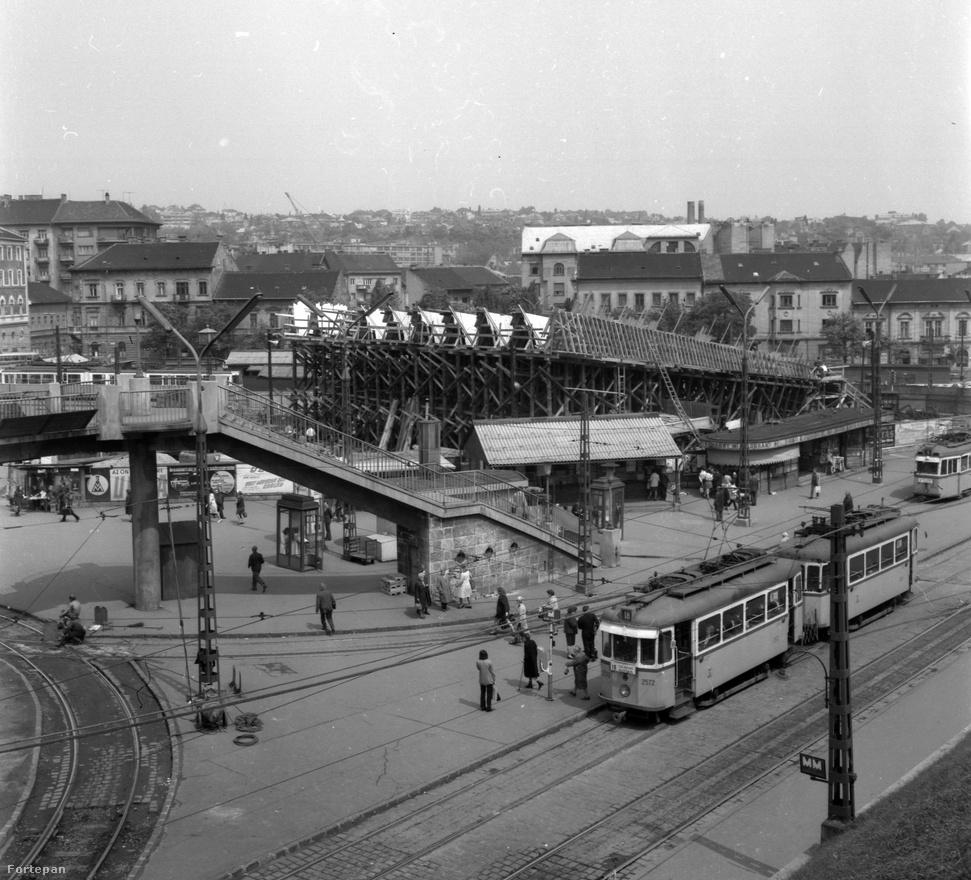 A Széll Kálmán tér gyakorlatilag 1972, a kettes metró átadása óta néz ki úgy, ahogy most, ekkor adták át a legyező formájú vasbeton állomásépületet is. A nyolcvanas évek közepén súlyos százezreket költöttek egy titkos tervpályázat díjazására. Régi-új ötlet volt egy másik metrókijárat építése, valamint az, hogy a közúti forgalmat is alagútban vezették volna el, a metró végállomása pedig a Budagyöngye lett volna, tehermentesítve a Moszkva teret. A tervekben szerepelt a Csízhalom nevű domb visszaépítése – ennek egy részére épült a Postapalota –, így egy impozáns zöld domb épült volna. A pályázat domináns része volt akkoriban például egy legalább 20 ezer négyzetméteres áruház megépítése. A Mammut kilencvenes évekbeli átadásával ez okafogyottá vált.