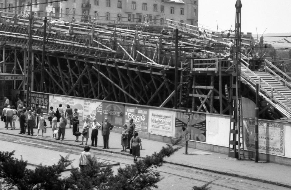 A 2-es metró vonala két szakaszban épült. Először a Fehér út (Örs vezér tere) és a Deák tér közötti szakaszt adták át 1970-ben, a Moszkva téri megállót is magában foglaló második, Déli pályaudvarig tartó szakaszt pedig 1972 decemberében kezdhették el használni a fővárosiak.
