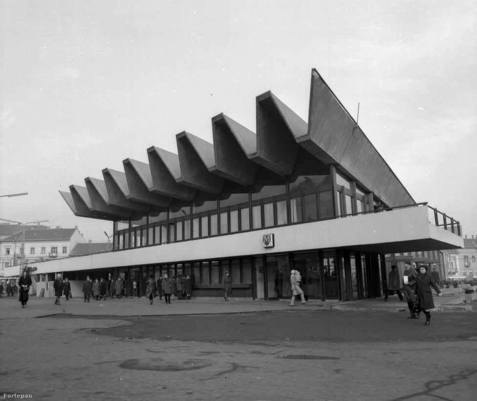 A metróállomás épületének formája elsőre egy legyezőre emlékeztet, amiről azt gondolhatnánk, hogy a Moszkva tér szellős mivoltára akartak a tervezők rezonálni. De nem. A szakirodalom szerint az épület formája a metróból kiáramló tömeg mozgását szimbolizálja: a villamosnál jóval nagyobb kapacitású metró megérkezésével ugyanis a korábbi körkörös irányú mozgást sugárszerűen szétáradó váltotta fel a tér magjában.                         (források: iho.hu, hg.hu, wikipedia, Budapesti Napló, budapestcity.org)