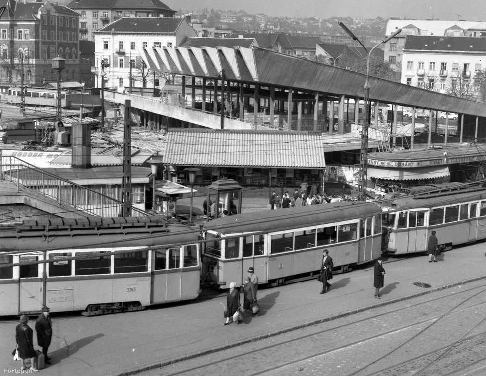 A metrókijáratnak helyet adó teret 1929-ben nevezték el Széll Kálmán térnek, 1951-ben átnevezték Moszvára, majd 2011-ben visszakeresztelték Széll Kálmánra. Közkedvelt neve sokáig a Kalef volt, ami a (Széll) Kálmán becézése.  A nyolcvanas évekig emberpiac működött a téren, innen lehetett önkéntes segédmunkásokat toborozni építkezésekhez, vagy egyéb hórukk-munkákhoz.
