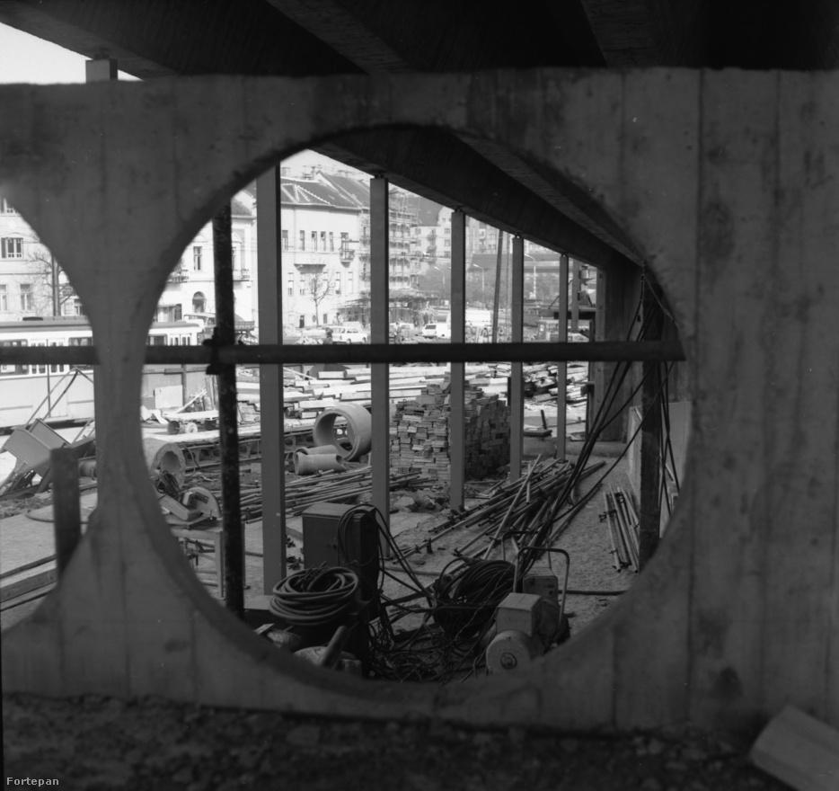 """A 2-es metró építését a Földalattivasútépítő Vállalat üzemi pártszervezetének Metró című lapja követte a legrészletesebben. Az 1952 decemberi omlásról a Puskin mozi alatt (egy halott) nem számoltak be, de egy tübbinggyűrű összeroppanásáról igen. Tudósítottak a gömbfa felhasználásáról mint újításról az aláducolásban, és megemlítették, hogy a talaj fagyasztásával már egy éve kísérleteznek. Szóltak a rigmus-brigád jó munkájáról, és figyelmeztették a dolgozókat, nehogy Titó banditáinak prédájává váljék a Földalatti. Követelte a lap, hogy szűnjön meg a """"jampec"""" tánc a munkásszálláson, ahol """"lezser"""" módra járták az """"amerikai giccset"""". Az éberség fokozása állandó téma volt. (forrás: Prakfalvi Endre: A budapesti ős-metró)"""