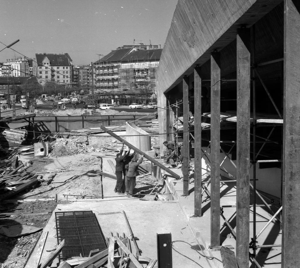 Makacsul tartja magát egy városi legenda, miszerint a Széll Kálmán téri metrókijárat épületének máig nincs állandó építési engedélye. Egy, a 2-es metró építésében részt vett mérnök lebbentette fel az Index előtt a fátlyat a titokról: az épület pincéjéből felvezető lépcsőt - hely hiányában, kényszerűségből - olyan szűkre szabták, hogy az nem ütötte meg a szabványban előírt mértéket. Ezért nem adták ki egykor a létesítmény állandó építési engedélyét. Az ideiglenes engedély hosszabbítgatásába pedig már rég beleuntak az illetékesek.