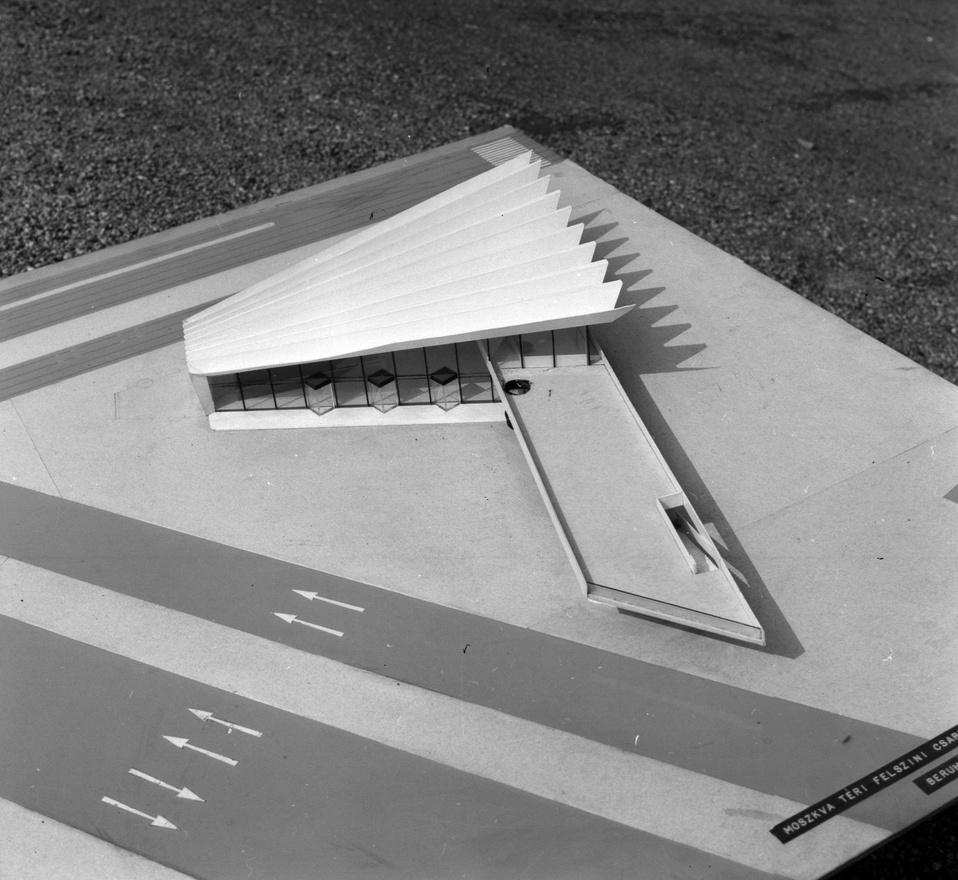Az ötvenes évek első tervei alapján még egy bunkererődítmény épült volna a metróállomás fölé. Szórád Vilmos (UVATERV) akkori, - a még háborús rettegésben élő politikai vezetés diktálta - elképzelései szerint az állomás 2 méteres oldalfalakkal, 2,5 méter vastag kupolafödémmel, a szilánkvédő előterek 1,5 és 2 vastagságú falakkal épültek volna meg, hogy a csarnok szerkezete az 500 kg-os rombolóbomba ellen is védelmet nyújtson. Mindehhez a szocialista építés diadalát hirdető képzőművészeti alkotások társultak volna, de ezek részletes kidolgozása és kivitelezése már nem valósult meg a hg.hu korábbi cikke szerint. Szerencsére az épületet később teljesen újratervezték, így nyerte el mai formáját.