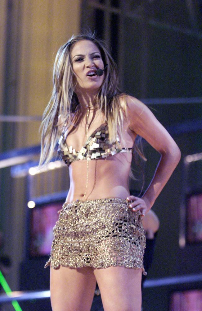 Ha már a fellépőruháknál tartunk, Jennifer Lopez nem változott olyan sokat az évek alatt