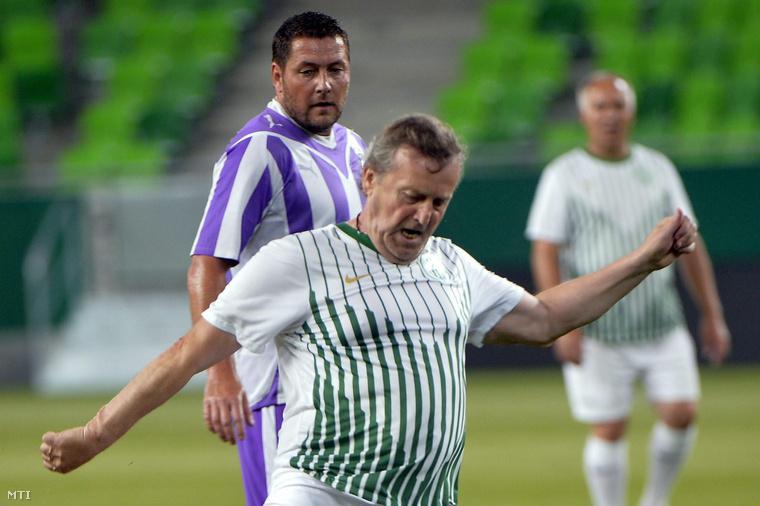 Ebedli Zoltán (elöl) és az újpesti Szanyó Károly a Ferencváros - Újpest öregfiúk labdarúgó-mérkőzésen