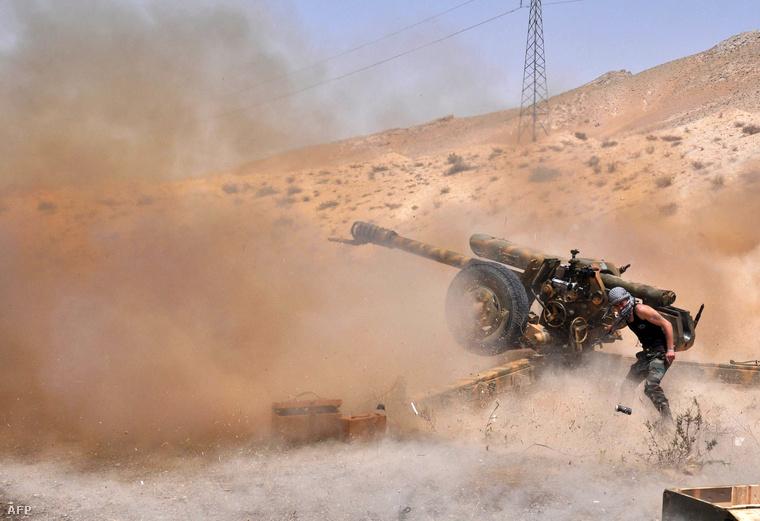 A szíriai hadsereg katonái lövik az Iszlám Állam egységeit Palmüra mellett