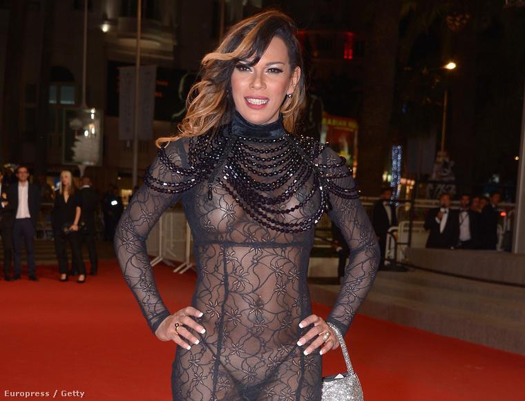 Ő itt Stella Rocha, annyit kell tudni róla, hogy nagyon szereti magát mutogatni, sokszor készül szexi kép róla, egyébként egy francia komika, afféle celeb