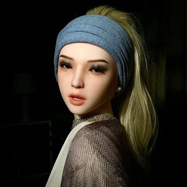 Lány göngyfülbevalóval helyett műnő műgyöngy fülbevalóval