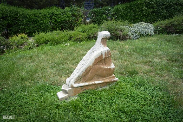 """A Magyar Köztársaságban a nevét jelző kőtömb közelében van ez a szobor is, amelyre """"Evezős"""" néven láttunk hivatkozást"""