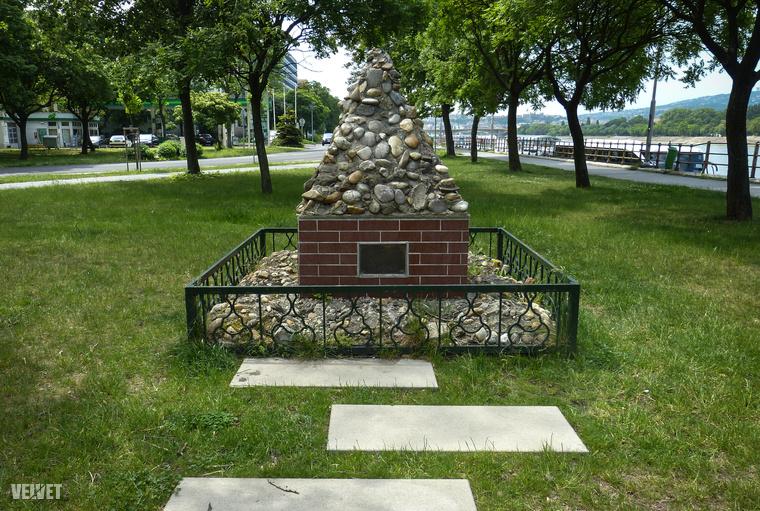 A terasz déli végén holokauszt-emlékmű áll