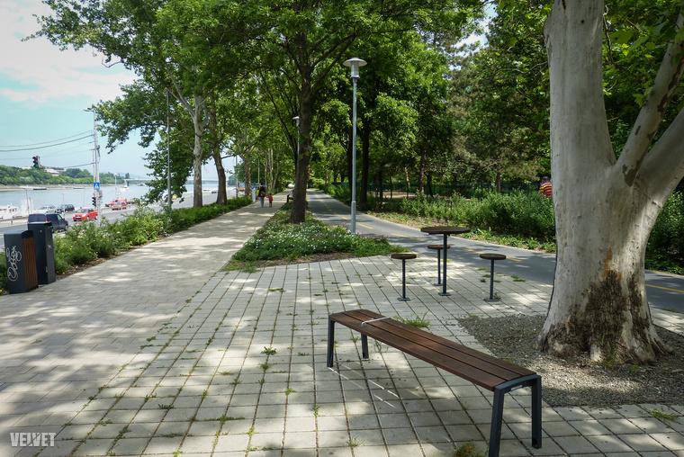 A bicikliút mellett asztalok és székek várják a fák alatt piknikezni vágyókat.