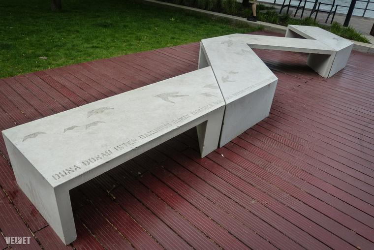 De van ilyen ücsörgőpad is, amely, legalább is szimbolikusan, közel hozza egymáshoz a Duna mellett élő népeket.