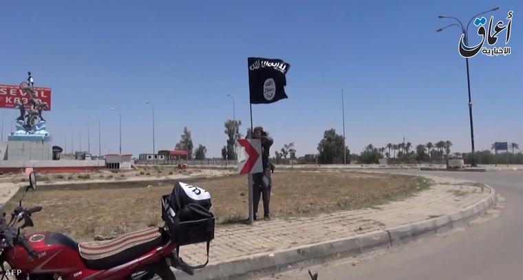 Az Iszlám Állam videóit a Youtube-on rendszeresen közzétevő AAMAQ ügynökség felvételén állítólag Ramádiban lengette az IÁ zászlaját egy férfi