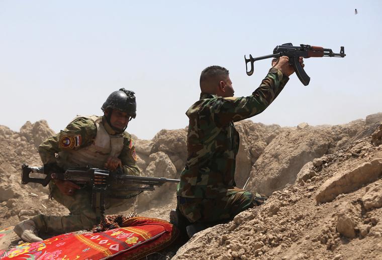 Iraki katonák nyitnak tüzet az Iszlám Állam fegyvereseire Garmában. Baghdadtól nyugatra
