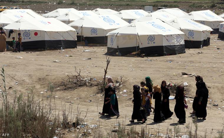 Ramadiból elmenekült szunnita irakiak egy Bagdadtól nem messze felállított menekülttáborban