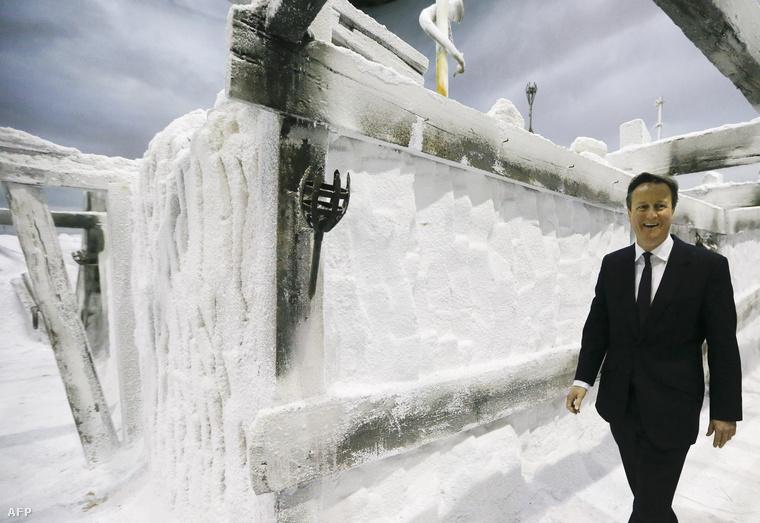 David Cameron a Trónok Harca jégfalának díszletei között