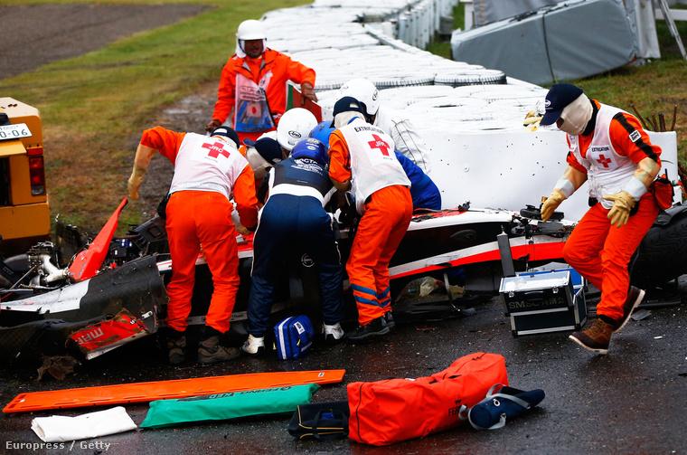 Mentők Jules Bianchi kocsijánál, miután a Marussia francia versenyzője súlyos balesetet szenvedett a Forma-1-es autós gyorsasági világbajnokság Japán Nagydíján a szuzukai pályán 2014. október 5-én.