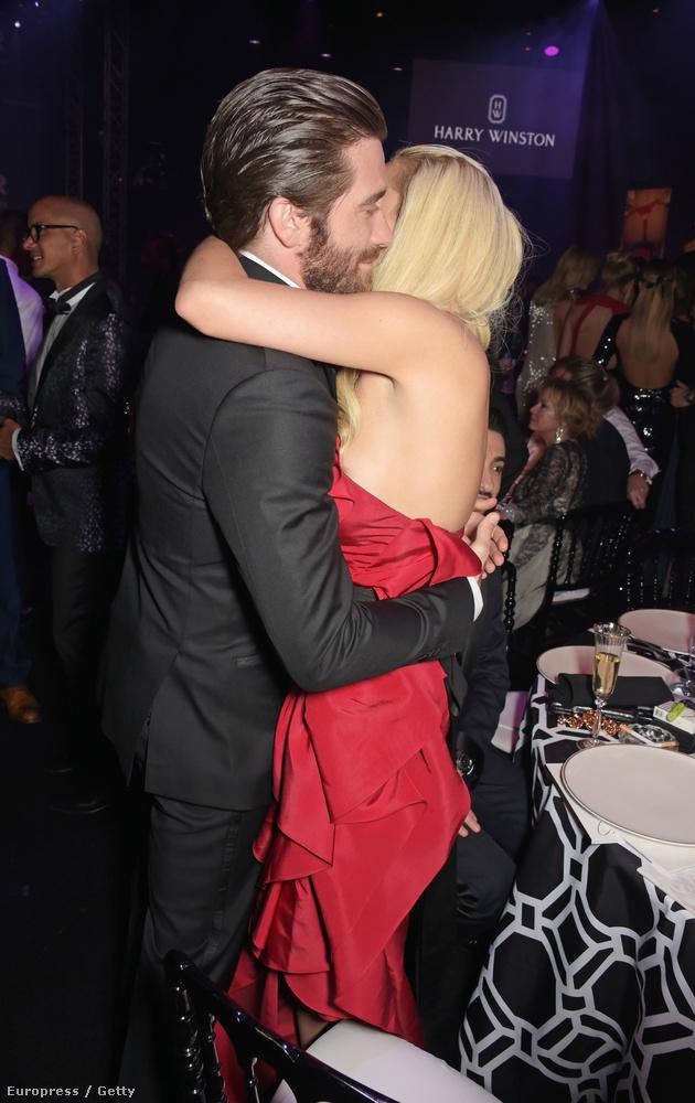 Gyllenhaal itt Rita Orát öleli az amfAR-gálán, május 21-én este.