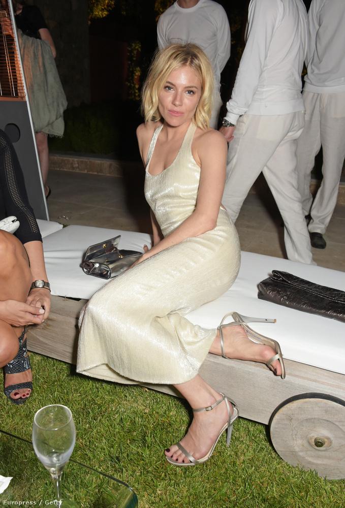 Hasonlóan szomorú és vicces volt Sienna Miller részegesnek tűnő fesztiválozása, főleg azrét, mert ez egy előkelő Cannes-i bulikában történt