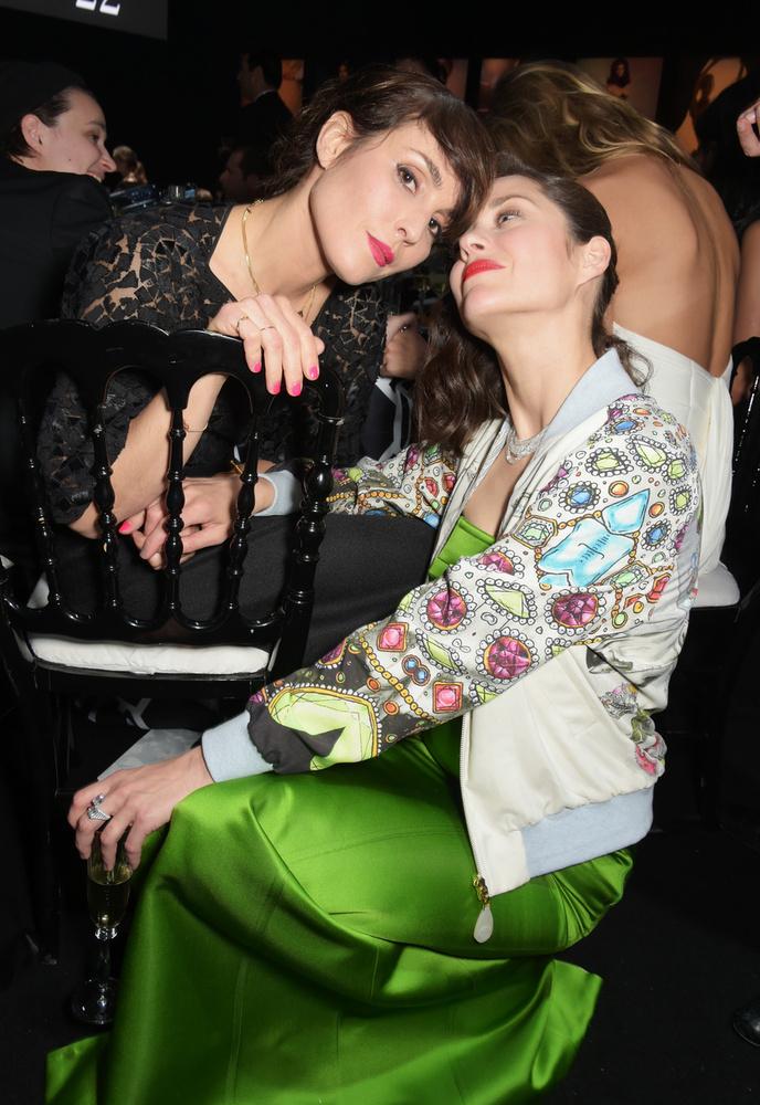 Ám előbb Noomi Rapace és Marion Cotillard színésznők, akik mintha unnák kicsit a bulit.